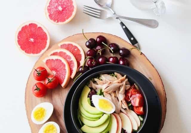 insalata di avocado, uova, verdure