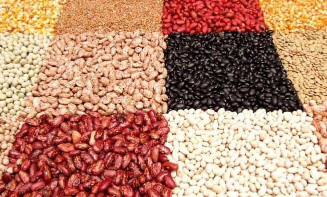 un mercato con noci, fagioli, semi