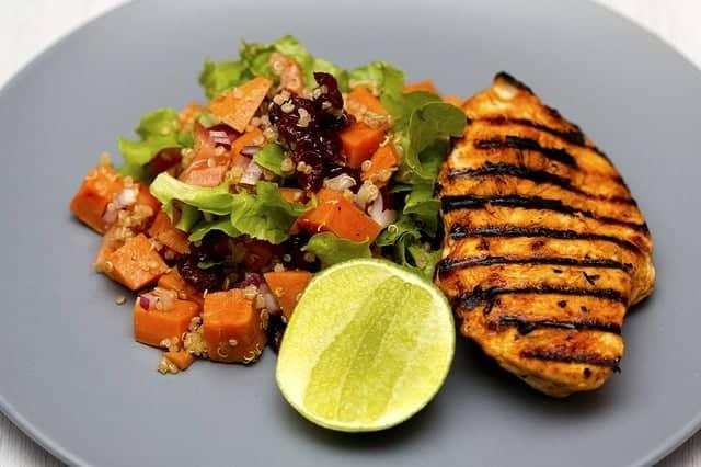 carne alla griglia con verdure e lime