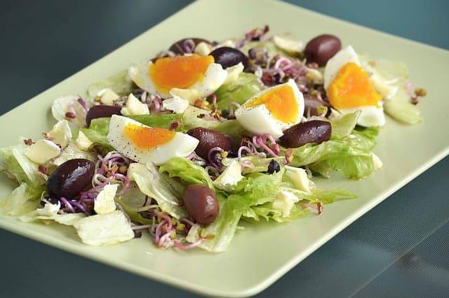 insalata con uova, lattuga, germogli