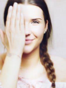 la ragazza che copre l'occhio, la vista, la visione