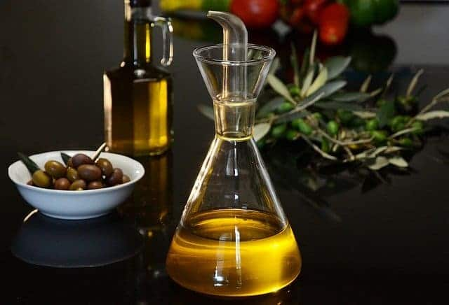 flacone di olio e olive verdi