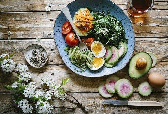 dieta del cervello, pasto sano, uova, avocado, spinaci