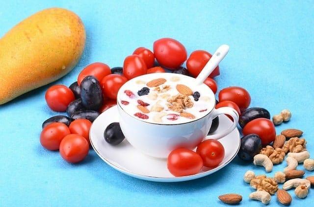 insalatona con yogurt, mandorle e noci