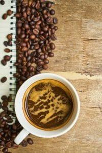 caffè in grani e caffè in tazza