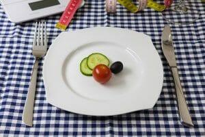 verdure sul piatto, coltello e forchetta