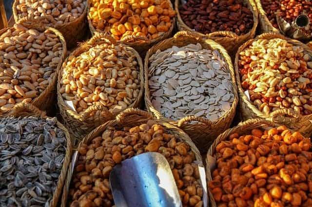 cestini con diversi tipi di fagioli e noci