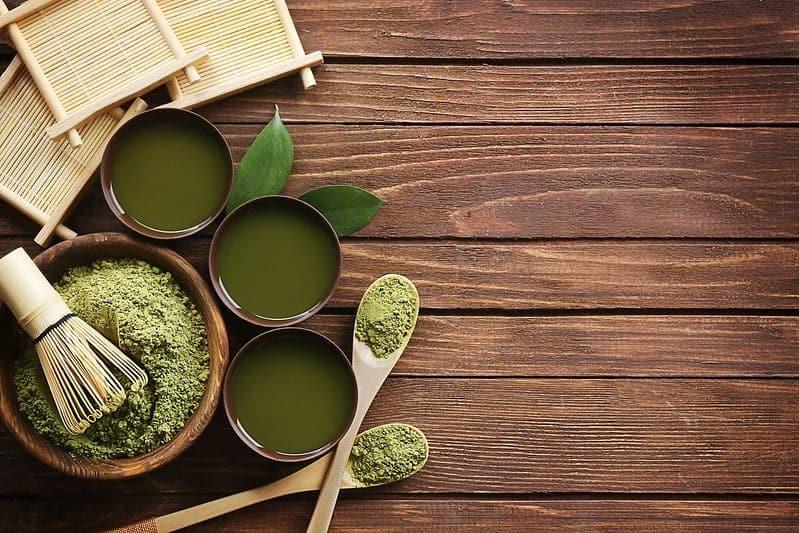 tè verde matcha in polvere in insalata e tazze di liquido