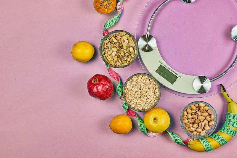 bilance da cucina e alimenti dietetici sani (cereali, frutta)