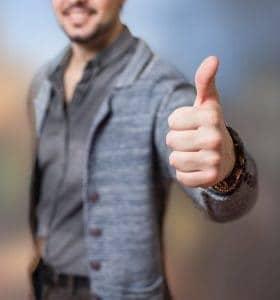un uomo che mostra un gesto con il pollice ok