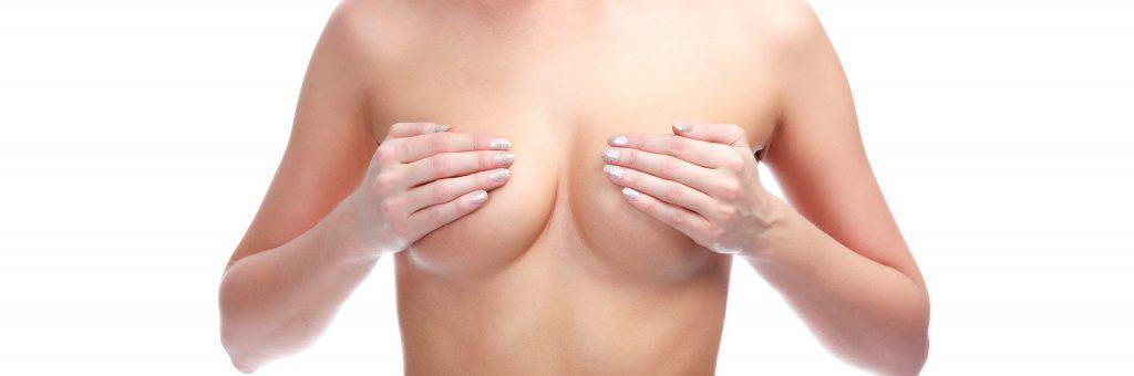 la donna si copre il seno con le mani