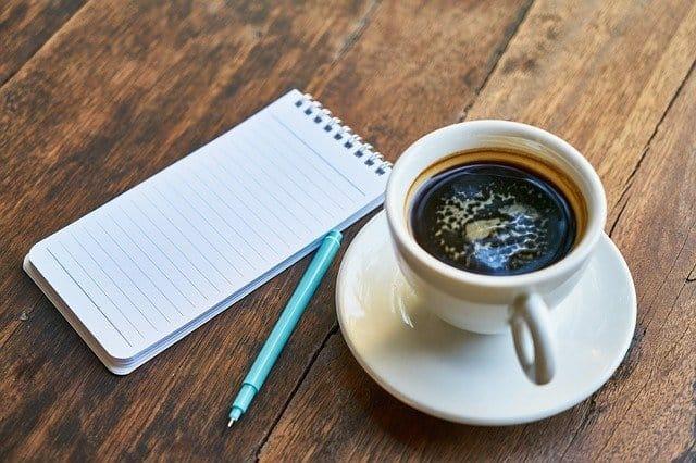 tazza di caffè, blocco note, penna