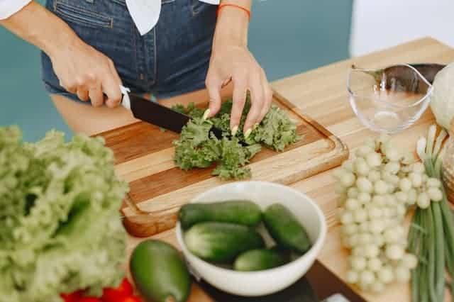 donna che taglia le verdure