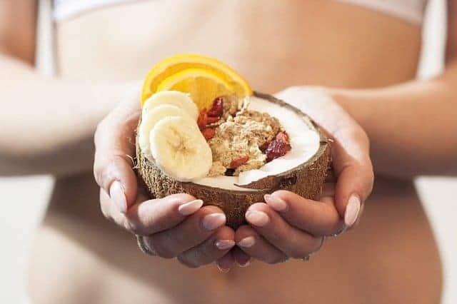 la donna ha in mano un dolce dietetico