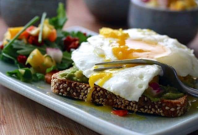 un pasto sano - pane tostato integrale con uova e verdure