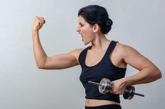 la donna si esercita con hantlas