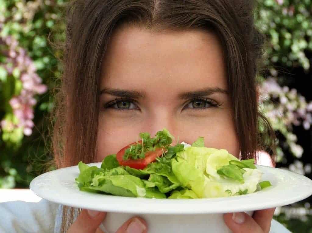 la donna ha in mano un piatto di insalata