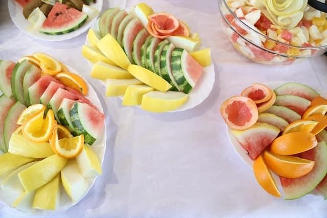 frutta tritata su insalate