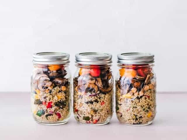 un piatto dietetico a base di semole e verdure in vaso