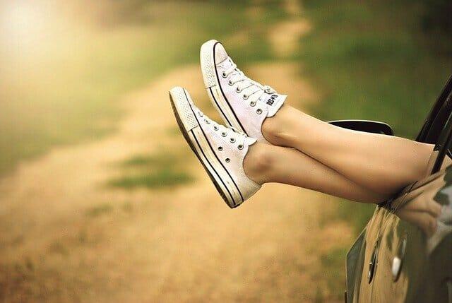 Gambe in scarpe da tennis