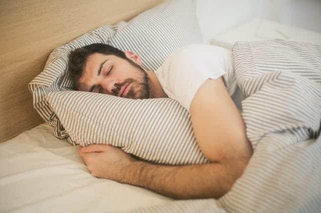 uomo nel sonno profondo