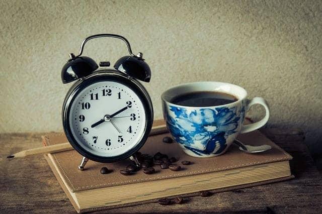 una tazza di caffè e una sveglia