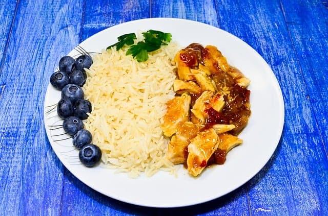 riso con stufato nel piatto