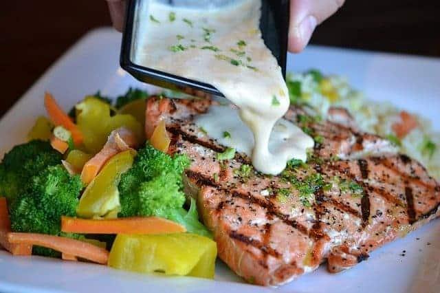 Verdure e pesce al forno su un piatto