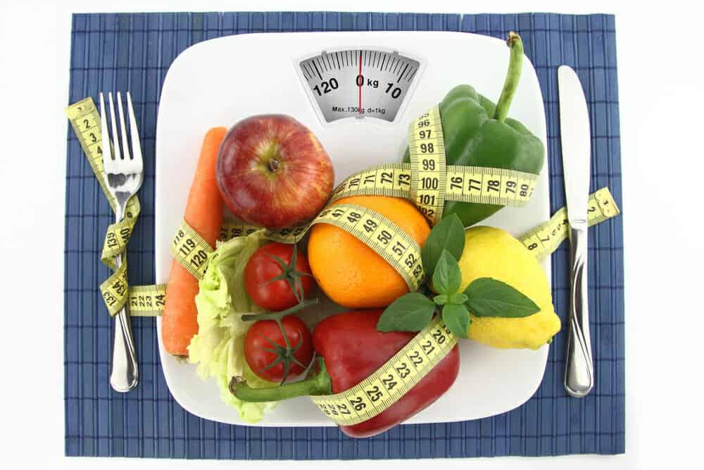 Verdure e frutta nel piatto con un centimetro