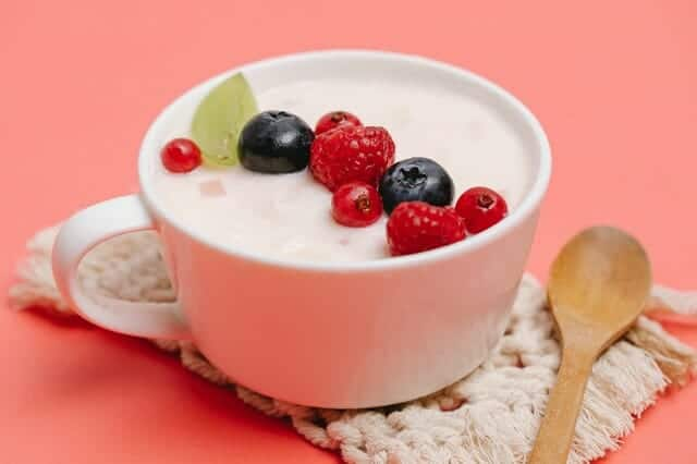 Yogurt con frutta in tazza
