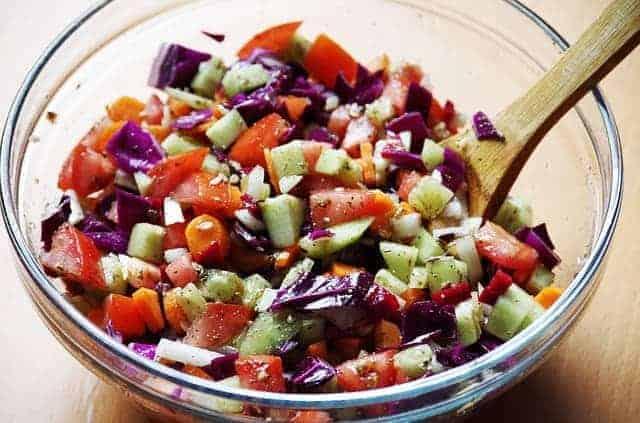 verdure tritate in un'insalatiera
