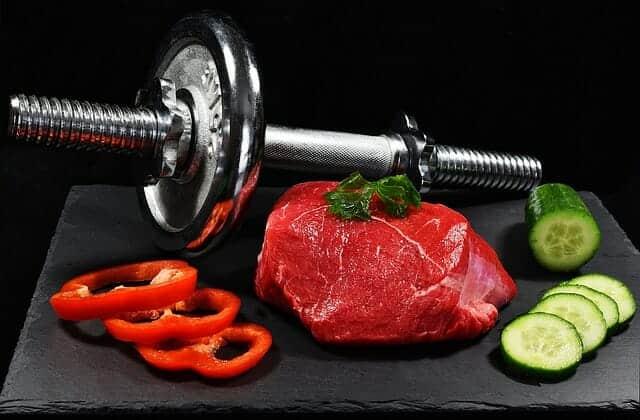 Manubri, un pezzo di carne e verdure