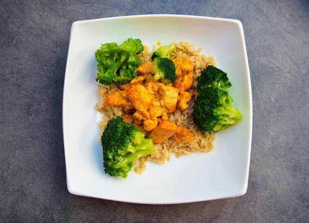 riso con pollo e broccoli su un piatto