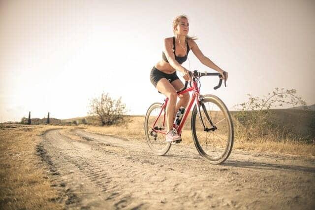 la donna va in bicicletta